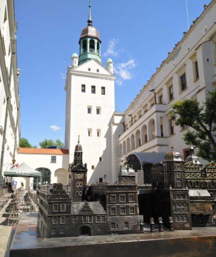 Zamek Książąt Pomorskich w Szczecinie. Makieta Zamku wykonana z brązu a w tle Wieża Dzwonów