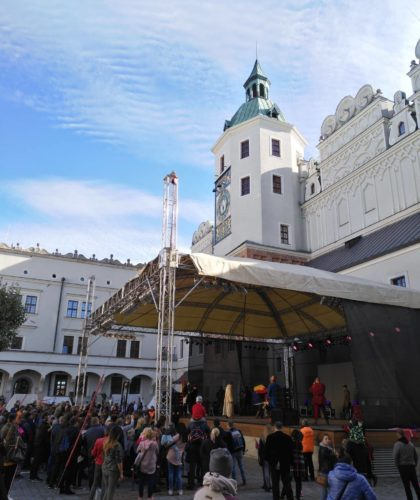 Zamek Książąt Pomorskich w Szczecinie. Scena na Dużym Dziedzińcu i licznie zgromadzona publiczność