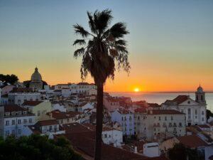 Sierpniowy wschód słońca na Alfamie, Lizbona 2020/ Nascer do sol de agosto em Alfama, Lisboa 2020